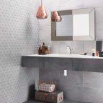 Combinar texturas y cemento en el baño